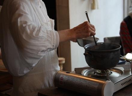 鈴木さんが料理をしてるところ