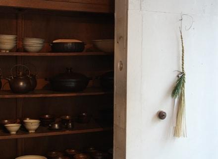 コホロ店内のしめ飾りと土鍋たち