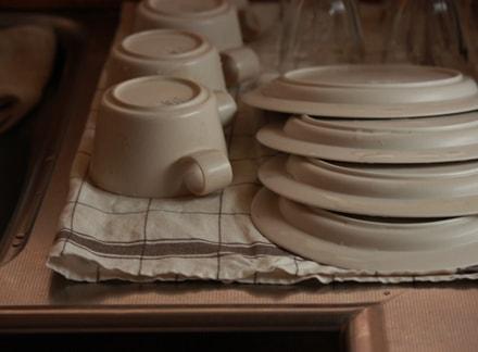 洗い終わった食器が整然と並べられている