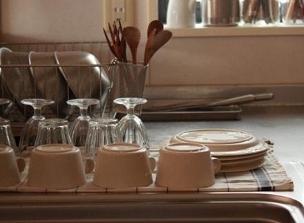洗い終わった食器が整然と並べられているキッチン